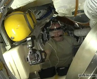 Inyay/Taking a selfie in space